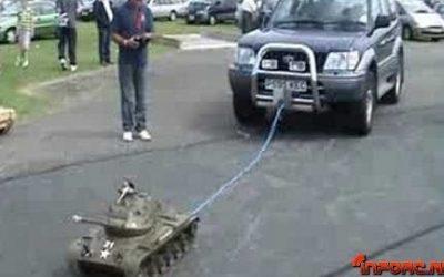 Nada como un tanque radiocontrol para remolcar nuestro coche