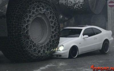 Video de los Viernes: Mercedes aplastado por una enorme excavadora