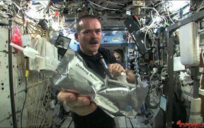 Video: Esto sucede al estrujar una bayeta mojada en el espacio, sin gravedad